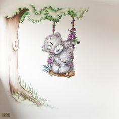 Babykamer muurschildering van me to you beertje met boom. Gemaakt door R-BRUSH muurschilderingen.