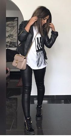Faux Black Leather Pants Outfit With Biker Jacket - Classy Outfits Leather Leggings Outfit, Leather Jacket Outfits, Black Leather Pants, Legging Outfits, Leggings Outfit Winter, Biker Jacket Outfit, Leggings Style, Cheap Leggings, Denim Leggings