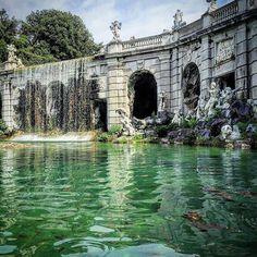 Reggia di Caserta.  #instafountain #fountaine #waterpic #royalgardens #sculpturesofinstagram #classicarchitecture #greenshot #waterpics #reggiadicaserta #royalpalace #monument_italy #cityarts #instamonument #greenpic