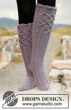 "Riverdance - Knitted DROPS socks with cables in ""Karisma"". - Free pattern by DROPS Design Drops Design, Crochet Socks, Knitting Socks, Crochet Yarn, Knitting Patterns Free, Free Knitting, Free Pattern, Crochet Patterns, Knitted Gloves"