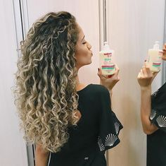 Blonde Highlights Curly Hair, Dark Roots Blonde Hair, Ombre Blond, Brown Hair With Blonde Highlights, Blonde Curly Hair, Blonde Curls, Balayage Hair, Permed Hairstyles, Light Hair