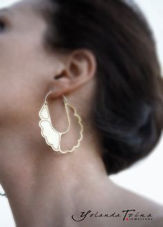A very elegant pair of earrings featuring a unique flower-like pattern. Cut and processed entirely by hand, this piece combines the classic with the