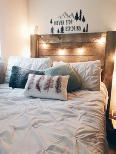 Teen bedroom themes must accommodate visual and function. Here are tips to create the coolest teen bedroom. Warm Bedroom, Bedroom Inspo, Teen Girl Bedrooms, Guest Bedrooms, Teen Bedroom, Decoration Inspiration, Room Inspiration, Decor Ideas, Dream Rooms