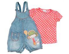 Niedlicher Jumpsuit mit Mädchen Motiv und dazu passendem T-Shirt der Marke #Next für Mädchen.