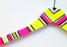 Why hang your clothes in boring hangers when you can brighten up your closet with hangers painted by you? An easy project in which the whole family can part Baby Coat Hangers, Clothes Hanger, Diy Home Furniture, Blog Deco, Diy Recycle, Diy For Teens, Diy Projects To Try, Diy Painting, Diy Fashion