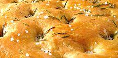 Selbst gemachtes Olivenblätter-Salz auf einer Focaccia. Die getrockneten Olivenblätter aus diesem Rezept gibt es als sog. Olivenblättertee bzw. Olivenblatt-Tee im Reformhaus oder im Internet. Manche Anbieter bieten diesen bereits zerkleinert an (zB. arve™Bio Olivenblättertee), das erleichtert die Verarbeitung. Das selbst gemachte Olivenblätter-Salz eignet sich besonders für die Focaccia und Pizza, für Ofenkartoffeln, aber auch für mediterrane Grill- und Schmorgerichte.