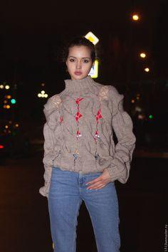Купить Вязаный женский свитер с дырками между узорами бежевого цвета - бежевый, джемпер, мода