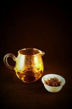 """Pot of Gold, """"'De bomen waar de thee van geplukt wordt, zijn namelijk meer dan honderd jaar oud, en worden omgetoverd in een heerlijke zwarte thee.""""'http://tea-adventure.nl/zwarte-thee/sanjiang-black"""