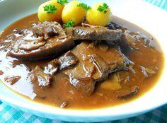 Hovězí plátky na houbách a jako příloha klasická brambora.