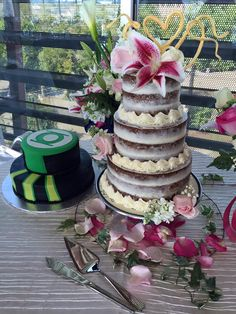 Naked wedding cake and Green Lantern grooms cake! #BodaBernal