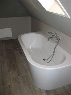 """Modern half vrijstaand bad met twee afgeronde hoeken. Prachtig modern bad uit één geheel. Vroeger werden dit soort baden geleverd met een los voorpaneel, met """"lelijke"""" kitrand. Dat is nu verleden tijd! Pretty Room, House Bathroom, Marble Tile Bathroom, Modern Bathroom, Bathroom, Remodel Bedroom, Bathrooms Remodel, Bathroom Inspiration, Bathroom Shower Design"""