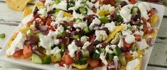 Do you like nachos? Are you a fan of a classic Greek salad? Why not combine the two and make Greek nachos? They& so delicious! Tortilla Pinwheels, Chicken Gyros, Snack Recipes, Healthy Recipes, Greek Yoghurt, Kalamata Olives, Greek Salad, Appetizers For Party, Feta