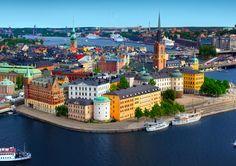 #Stockholm besteht aus mehr als 14 Inseln (hier der Blick aufs bunte Gamla Stan) - die schönsten #Sehenswürdigkeiten gibt es auf unserem #Blog! // © Shutterstock - Mikael Damkier