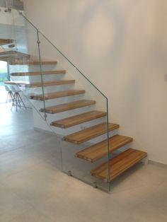 Formstep Treppen - eine Stiege mit Holzstufen und Glasgeländer. Stairs, Design, Home Decor, Spiral Stair, Projects, Stairway, Decoration Home, Staircases, Room Decor