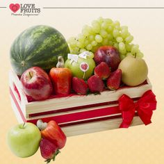 #Pandora Adorável caixote de feira que abriga morangos, melancia baby, caju, maçãs, pera hosuie uvas thompson. Um doce presente!  Ganhar flores é maravilhoso. Ganhar LOVEFRUITS é maravilhoso e delicioso! SURPREENDA! http://www.lovefruits.com.br/
