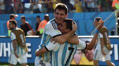 GOL. Lionel Messi abraza a Angel Di Maria en el festejo del gol de Argentina frente a Suiza. ( AFP PHOTO / NELSON ALMEIDA)