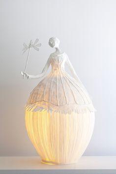 Tarz sahibi kağıttan lambalar büyüleyici görünüyor.