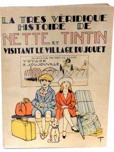 La très véridique histoire de Nette et Tintin visitant le village du jouet » 1927, illustré par J. VASQUEZ. Children's Books, Comic Books, Le Village, Art Deco, Comics, Luggage Bags, Comic, Childhood, Toy