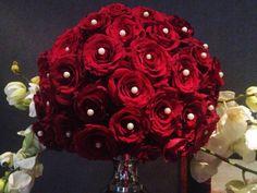 Rode rozen bol met parels en orchideeën