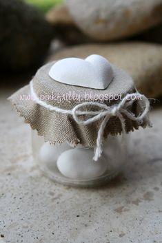 Questo barattolino lo trovo adorabile, perfetto come bomboniera , per chi ama un oggetto semplice e delicato , il lino abbinato al nastro di...