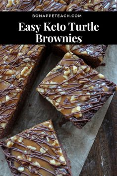 A perfect keto cake brownie, topped with low carb caramel sauce, pecans, and a dark chocoalte drizzle! Brownies Cétoniques, Cake Like Brownies, Turtle Brownies, Brownie Cake, Keto Foods, Keto Snacks, Low Carb Desserts, Low Carb Recipes, Keto Postres