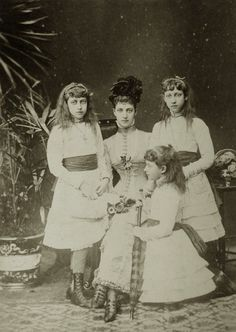 Princess Alexandra of Wales and her three girls: Pss Victoria (Toria), Louise and Maud. Early 1880s Ps: Check out Alix´s shoes! *0*