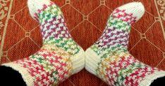Tällaisista sukista näin muutama päivä sitten kuvan Facebookissa, ja ihan PAKKO oli saman tien ottaa puikoille.         Ei siis onnistunut ... Socks, Fashion, Moda, Fashion Styles, Sock, Stockings, Fashion Illustrations, Ankle Socks, Hosiery