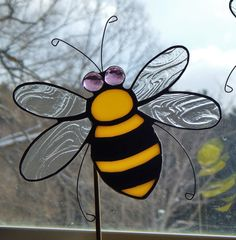 Stained Glass Bumble Bee Garden Stake / Pot Sticker (With images) Stained Glass Ornaments, Stained Glass Flowers, Stained Glass Suncatchers, Stained Glass Panels, Stained Glass Projects, Stained Glass Patterns, Stained Glass Art, Mosaic Glass, Mosaic Flowers