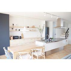 ErikaさんはInstagramを利用しています:「. . 謎の枝は1ヵ月経つけどまだもっています👀 でも、そろそろ終わりかな?🤔 . . 明日は保育園の運動会🚩 . . 誰よりもおばあちゃんが一番張り切っております😂 . 晴れるといいなぁ☀️」 Desk In Living Room, Cozy Living Rooms, Apartment Interior, Kitchen Interior, Japanese Interior Design, Japanese House, Minimalist Interior, Home And Deco, Cozy House