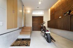 基礎のモルタルを高めにして土間の役割を持たせた、趣味のバイクの車庫兼玄関