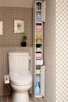 ☺ Have you seen this small bathroom idea? Discover numerous small bathroom design ideas in our post: storage, design, remodel, before and after… Small Apartments, Small Spaces, Diy Casa, Small Bathroom Storage, Toilet Storage, Cabinet Storage, Small Bathrooms, Lid Storage, Bath Storage