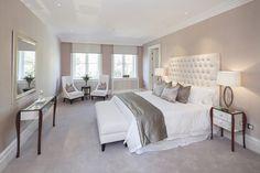 chambre taupe moderne et élégante avec un mobilier en bois et blanc
