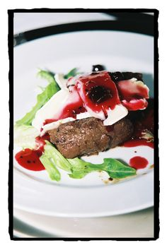 Ostrich fillet with Camembert and berry sauce as a starter - Gideon