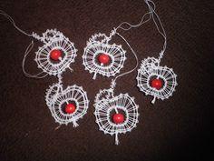 Paličkované jablíčko   Lidové řemeslo Lace Heart, Lace Jewelry, Lace Making, Bobbin Lace, Lace Detail, Crochet Earrings, Butterfly, Pattern, Inspiration