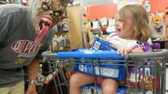 Little Girl Scared to Death / Scarred for Life - Scary Monster Masks at Walmart - Funny Pictures at Walmart Funny As Hell, The Funny, Funny Shit, Funny Memes, You Make Me Laugh, Laugh Out Loud, Scarred For Life, Very Demotivational, Haha