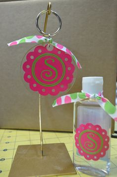 want Keychain Ideas, Diy Keychain, Silhouette Vinyl, Silhouette Projects, Vinyl Projects, Craft Projects, Fabric Crafts, Sewing Crafts, Acrylic Keychains
