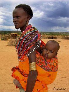 Une maman et son enfant, réserve Samburu//La réserve nationale de Samburu borde les rives de la rivière Ewaso Ng'iro dans le centre du Kenya. Elle est limitrophe à la réserve de Buffalo Springs et voisine avec celle de Shaba. Wikipéd