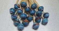 Ensemble de 10 perles de papier recyclé  Les perles sont roulées à la main et vernies 3 fois pour une étanchéité maximum. Les perles de papier ne craignent pas la pluie,ma - 19281353