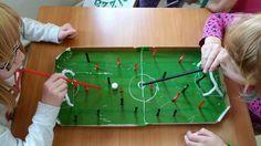Spiele basteln aus Pizzakartons: Fussball zum Pusten