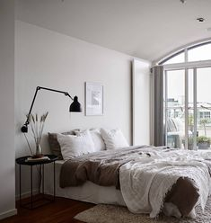 Neutral bedroom with a balcony view Neutrales Schlafzimmer mit Balkonblick - via Coco Lapine Design Master Bedroom Design, Home Bedroom, Bedroom Furniture, Bedroom Decor, Minimal Bedroom Design, Bedroom Ideas, Stylish Bedroom, Luxurious Bedrooms, My New Room