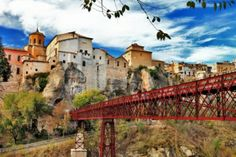 Vista de las casas en la roca en Cuenca, España