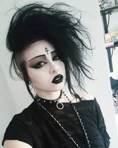When you're having a bad hair day, just fucking exaggerate it and you'll be good. 👌 Also, how good was Fantastic Beasts? I went in with no expectations at all, to avoid disappointment, but I really loved it. Maquillage Goth, Maquillage Halloween, 80s Goth, Punk Goth, Goth Beauty, Dark Beauty, Gothic Hairstyles, Wedding Hairstyles, Alternative Makeup