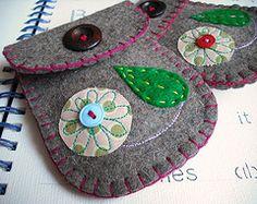 felt pouch - no tutorial Felt Diy, Felt Crafts, Fabric Crafts, Sewing Crafts, Sewing Projects, Felt Pouch, Felt Purse, Felt Embroidery, Felt Applique