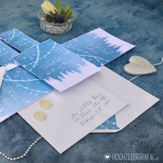 >> Winterwonderland Hochzeitseinladungen mit gestickten Schneeflocken Design @hochzeitsgrafik.at  #hochzeitspapeterie #hochzeitsgrafik… Napkins, Tableware, Design, Snow Flakes, Dinnerware, Towels, Dinner Napkins, Tablewares