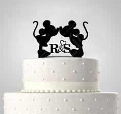 Mickey & Mini egér monogrammal, EGYEDI FELIRATTAL esküvői tortadísz Silhouette Cake, Minion, Cake Toppers, Wedding Cakes, Monogram, Ring, Desserts, Wedding Gown Cakes, Tailgate Desserts