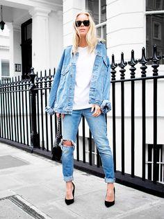 Look total jeans com t-shirt branca, jaqueta e calça jeans destroyed