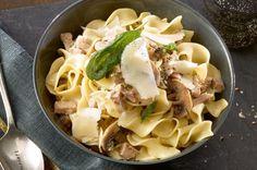 Zu dieser feinen Sauce passen viele Pastasorten, aber besonders fein schmeckt sie zu Frischteigwaren wie Tagliatelle oder Gnocchi, welche im Kühlregal der Grossverteiler erhältlich sind.
