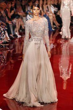 lais ribeiro at elie saab Glamour Fashion, Women's Runway Fashion, Elie Saab, Mood Designer Fabrics, Designer Gowns, Elegant Outfit, Elegant Dresses, Floaty Wedding Dress, Modern Hijab Fashion