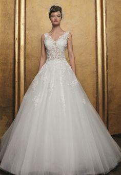 Romantische trouwjurk met tulen A-lijn rok met applicaties. Het topje heeft een prachtige kant en een V-décolleté. Prachtige lange sleep. Lace Wedding Dress, Wedding Dresses, Fashion, Tulle, Bridal Dresses, Moda, Wedding Gown Lace, Bridal Gowns, Wedding Dressses
