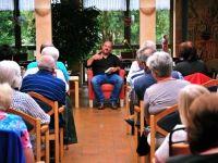Ingo Thiel las im Oedter Altenzentrum aus seinem Buch. Das Interesse war groß.